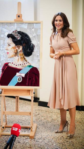 Фото №6 - Меган на заметку: «датская Кейт Мидллтон» и ее новые модные победы