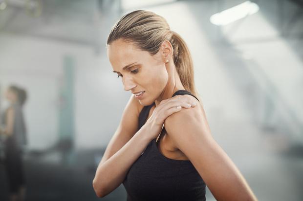 как исправить опущенные плечи, неровные плечи что делать, плечи кривые