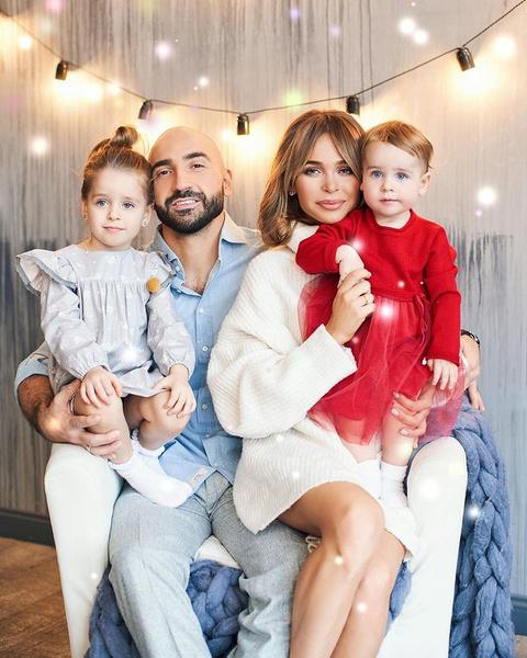 Анна Хилькевич с мужем и дочерьми