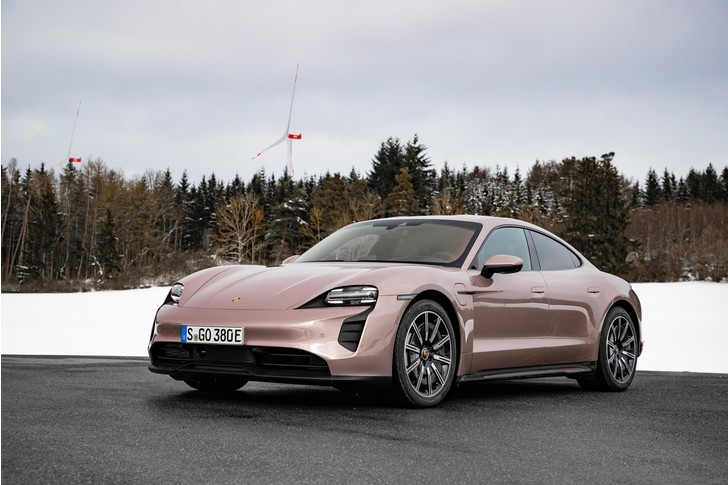 Фото №1 - Porsche начинает продажи доступного электрического суперкара