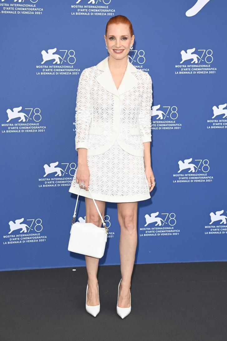 Фото №1 - Совершенная красота: Джессика Честейн в белоснежном комплекте из полупрозрачной ткани с перфорацией