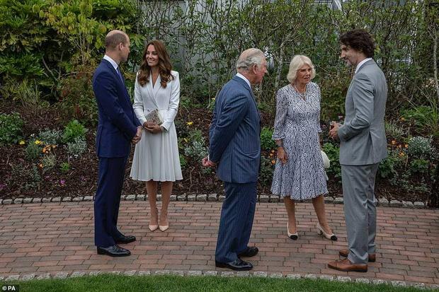 Фото №4 - Дамы в цвету: Елизавета II, Кейт и Камилла красиво вышли в свет