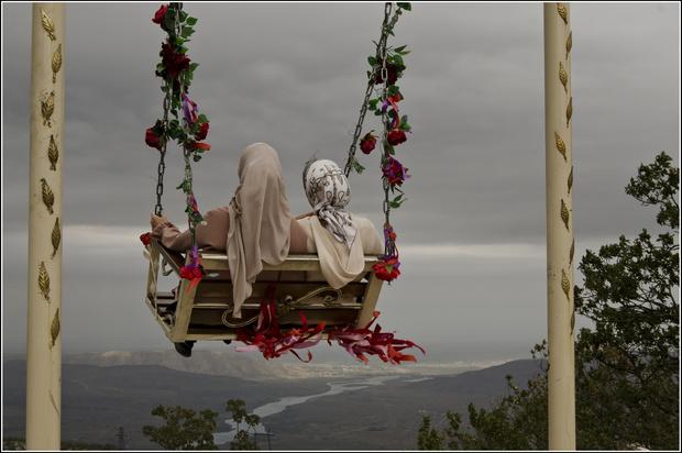 Фото №1 - В Дагестане разгорелся скандал из-за фото туристок топлес на фоне каньона