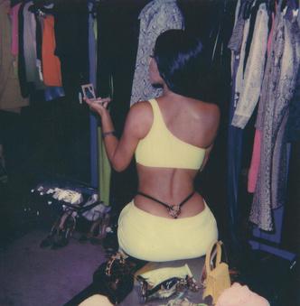 Фото №1 - Это уже кто-то носил: Кардашьян надела стринги секонд-хэнд