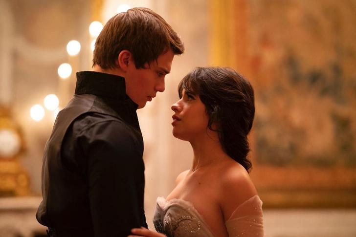 Фото №2 - Сладкая парочка: скорее зацени первое фото Камилы Кабелло и Николаса Голицына в роли Золушки и принца 💑