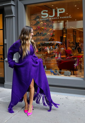 Фото №1 - Платье на осень: вязаное, с волнующим разрезом и бахромой, как у Сары Джессики Паркер