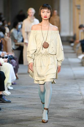 Фото №52 - Идеально скроенные пальто, самые стильные тренчи и брючные костюмы на показе Max Mara