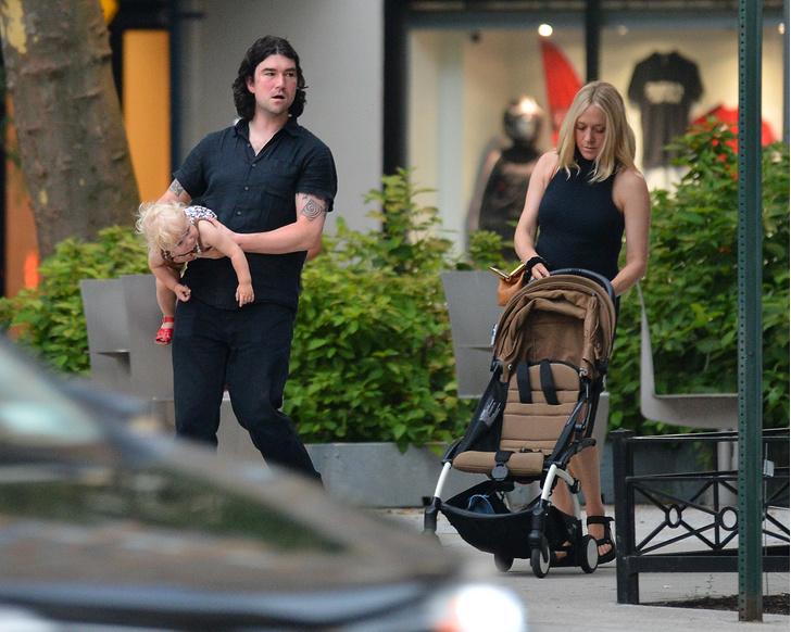 Фото №2 - Маленькое черное платье + «папины» сандалии: Хлоя Севиньи на прогулке с мужем и сыном Ваней
