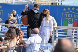 Фото №1 - Тили-тили-тесто: Аффлек и Лопес появились в Венеции в «свадебных» аутфитах
