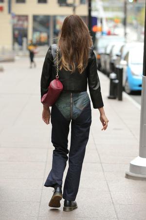Фото №2 - Самые необычные джинсы этой весны— у Ирины Шейк