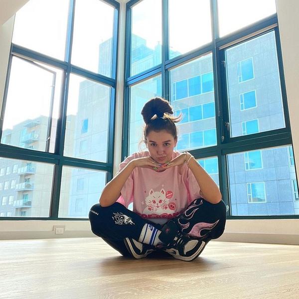 Фото №1 - Как круто и стильно носить спортивные штаны с футболкой: показывает Ева Миллер