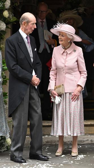 Фото №4 - Две королевские свадьбы сразу: крестница Чарльза и племянница Елизаветы вышли замуж в один день (и их платья точно войдут в историю)