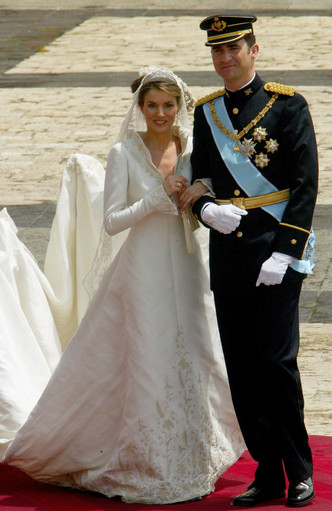 Фото №9 - От Елизаветы до Летиции: секретные детали свадебных платьев принцесс и герцогинь