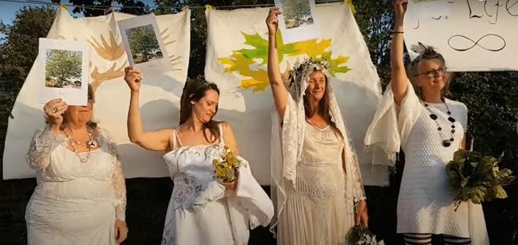 Фото №4 - Когда муж— бревно: в Англии девушки массово выходят замуж за деревья