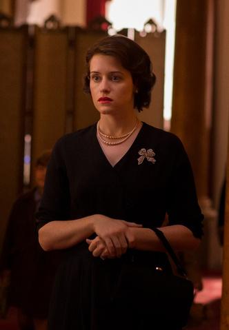 Фото №8 - От свадебных платьев до роскошных мехов: какие образы Виндзоров повторили в сериале «Корона»