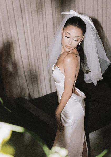 Фото №1 - Свадебное платье Арианы Гранде— отличный вариант для выпускного и любого праздника 🕊