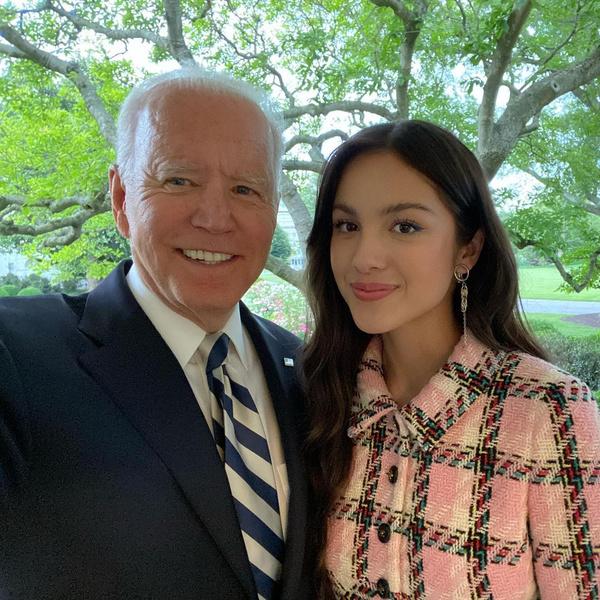 Фото №1 - Оливия Родриго демонстрирует идеальный естественный макияж во время визита в Белый дом