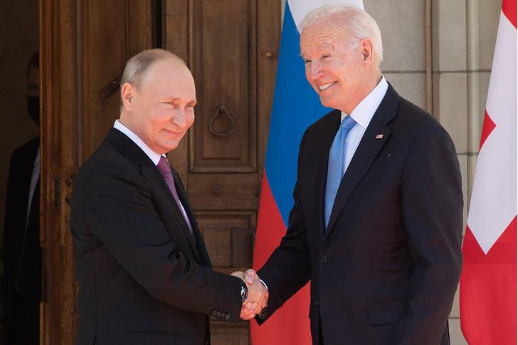 Фото №1 - «Договорились об обмене ядерными ударами»: шутки и мемы о встрече Путина и Байдена