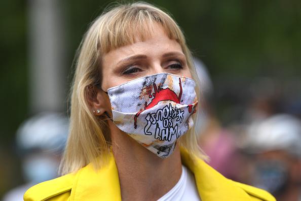 Фото №2 - Бунт в Монако, или Самый дерзкий образ принцессы Шарлен в истории: короткая челка, желтая рокерская куртка и маска Джокера