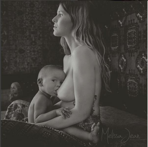 Instagram заблокировал кормящих мам