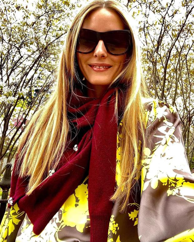 Фото №2 - Как правильно сочетать шелковый костюм с шерстяным кардиганом: показывает Оливия Палермо