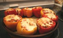 Фаршированные перцы под острым соусом