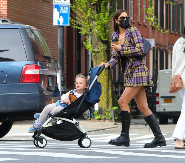 Фото №1 - Дочь Ирины Шейк уже не влезает в коляску: фото