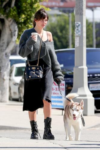 Фото №4 - Платье-комбинация + массивные ботинки: редкое появление Камилы Морроне, девушки Леонардо Ди Каприо