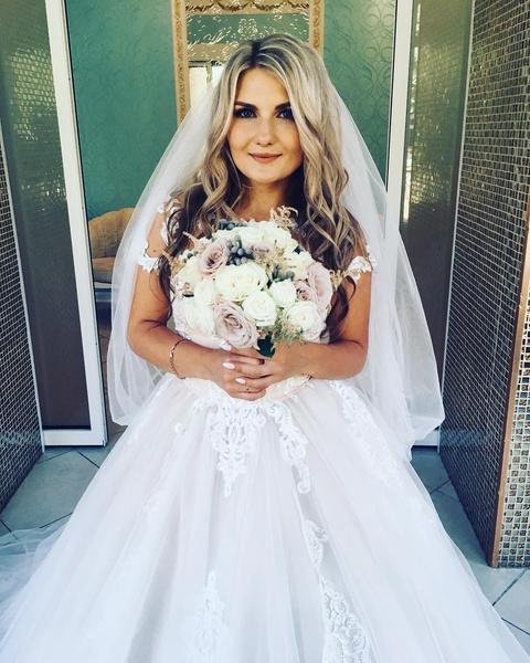 Александра выросла настоящей красавицей, а этим летом вышла замуж