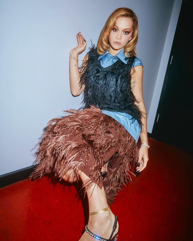 Фото №1 - С чем носить вещи со страусиными перьями: показывает Рита Ора