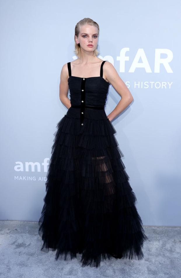 Фото №10 - Total black: 13 самых роскошных черных платьев на amfAR 2021