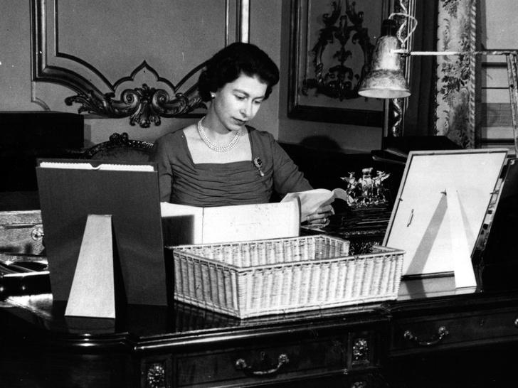 Фото №2 - От банкетов до бумаги: когда и куда Королева тратит свое состояние