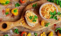 Дип из сливочного масла с печеным перцем и молотой паприкой