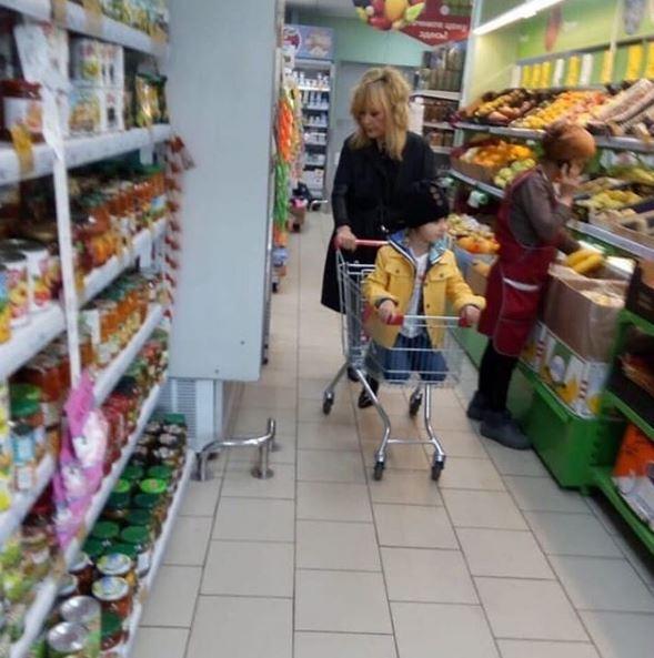 Фото №1 - Алла Пугачева и еще 7 звезд, которых поймали за шопингом в дешевых магазинах