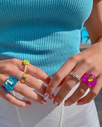 Фото №12 - Самый летний тренд: как носить пластиковые кольца, как у Беллы Хадид и Дуа Липы