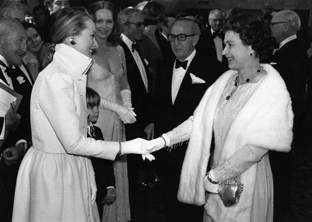 Фото №11 - Как звезды одевались на встречи с Королевой: от гламура Мэрилин Монро до латекса Леди Гаги