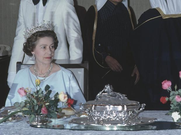 Фото №1 - Сколько человек могут сидеть за обеденным столом с Королевой (и почему)