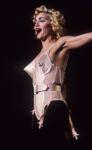 Фото №1 - Вооружены и опасны: почему бюстгальтеры-пули снова в моде и причем здесь Мадонна и Монро