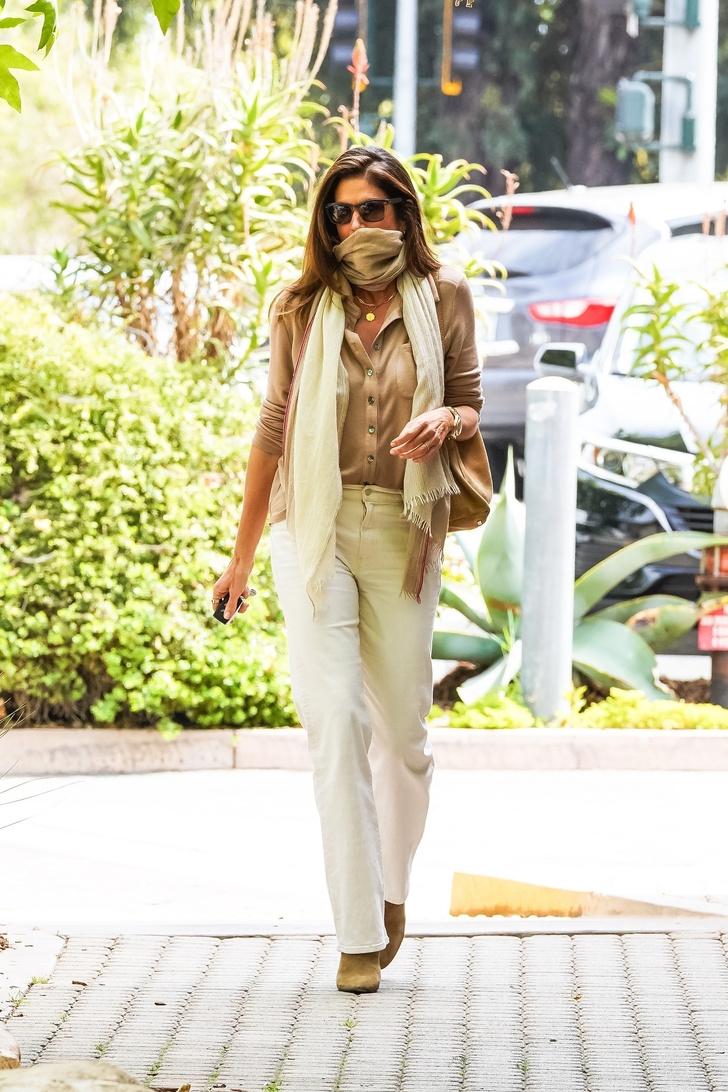Фото №1 - Как носить все бежевое и не выглядеть скучно? Мастер-класс от Синди Кроуфорд