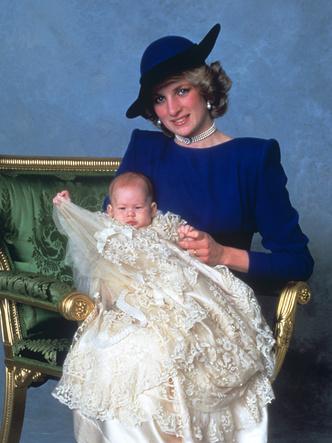 Фото №15 - Самые стильные образы королевских мам на крестинах их детей