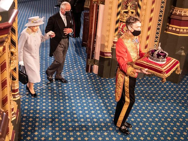 Фото №4 - Лавандовое пальто и никакой короны: первый (и очень важный) выход Елизаветы после траура