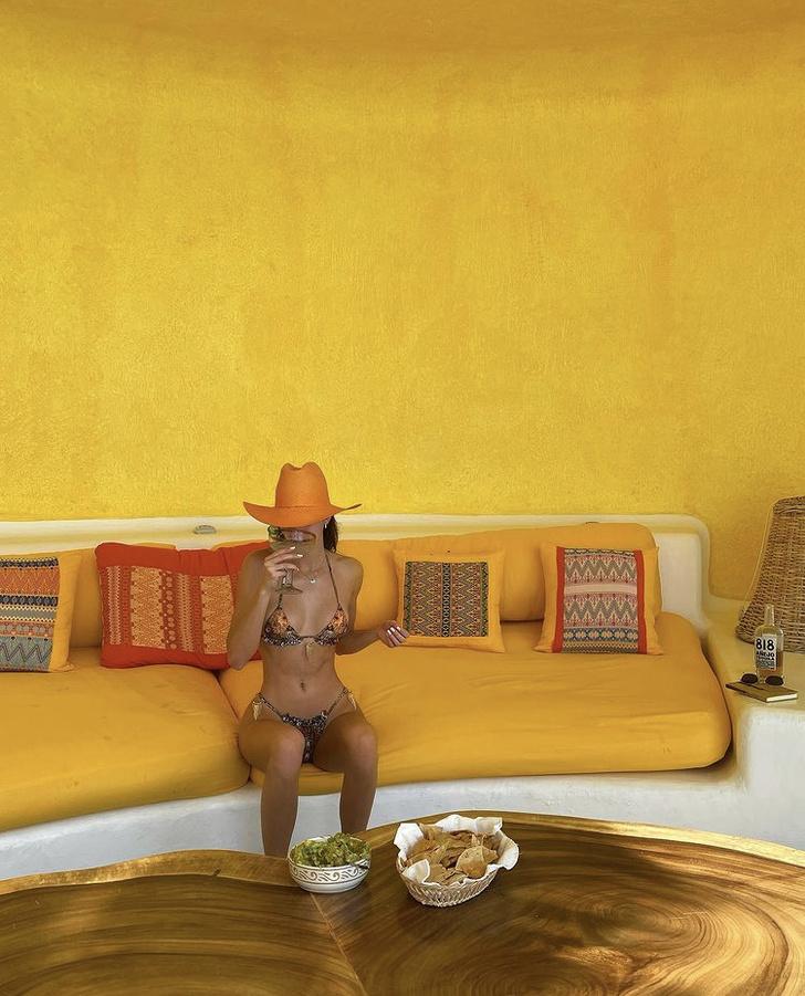 Фото №2 - Яркая шляпа + крошечное бикини: отпускные фото Кендалл Дженнер, от которых станет жарко даже в -20