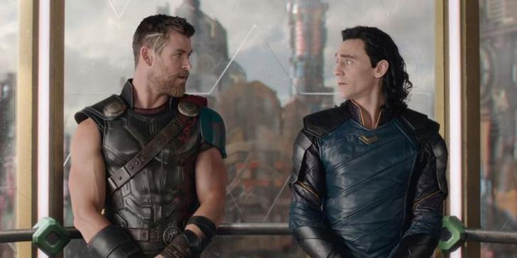Фото №1 - Не разлей вода: Том Хиддлстон рассказал, почему Локи всегда дразнит Тора 😎