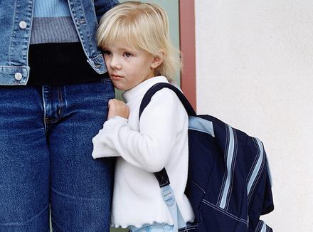 Ребенок прячется за маму