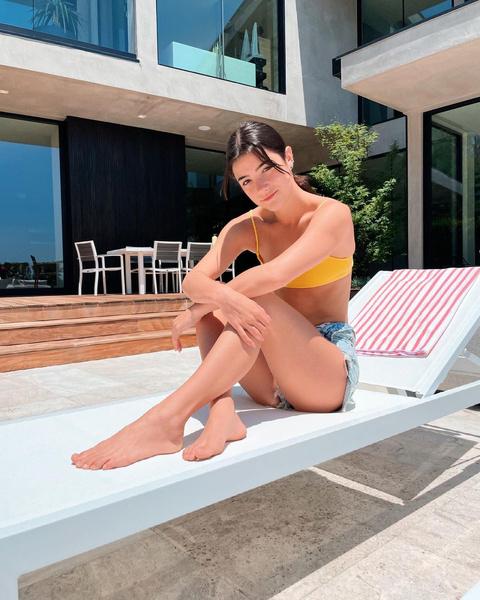 Фото №1 - Яркий солнечный купальник как у Чарли Дамелио— смотри, где купить похожий ☀️