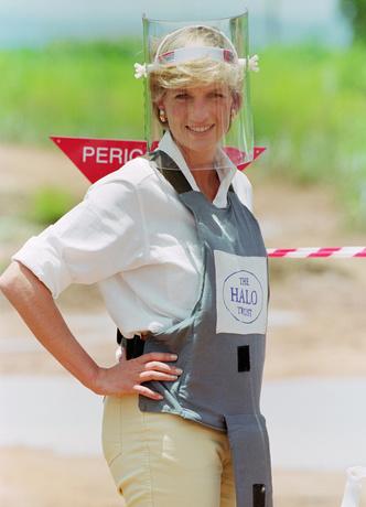 Фото №28 - Оригинал и копия: культовые наряды принцессы Дианы, которые повторили в кино