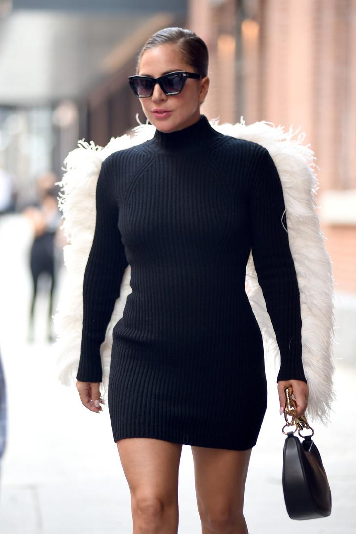 Леди Гага гуляет по Нью-Йорку в ботильонах с копытами и с крыльями за спиной