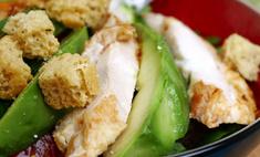 """Салат """"цезарь"""" с куриной грудкой и авокадо"""