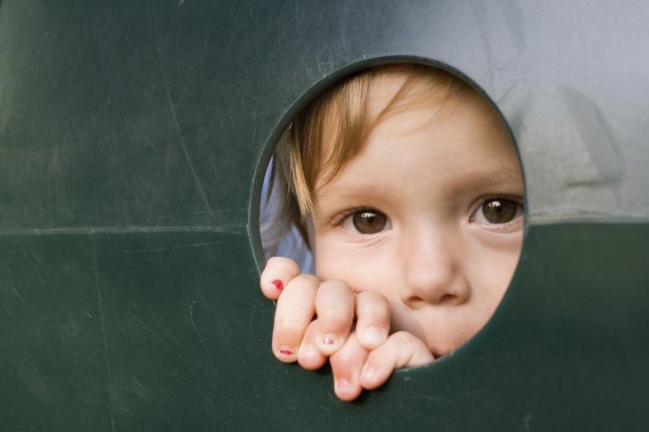 Фото №1 - Симптомы аутизма у малышей: как выглядят «другие» дети