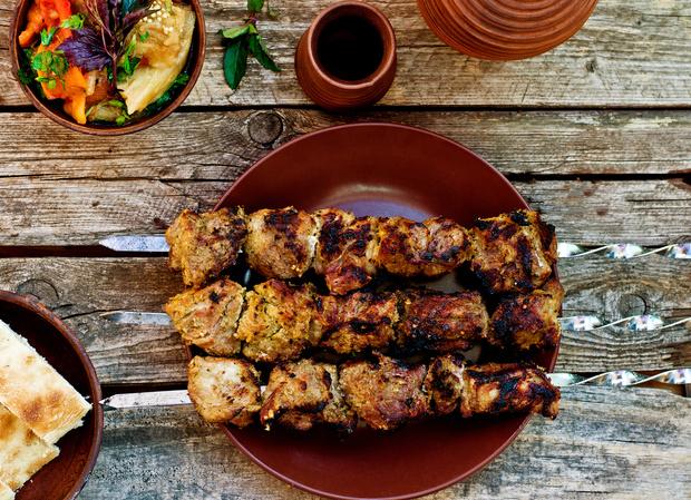 Фото №2 - Готовим сочный шашлык из свинины в томатном маринаде